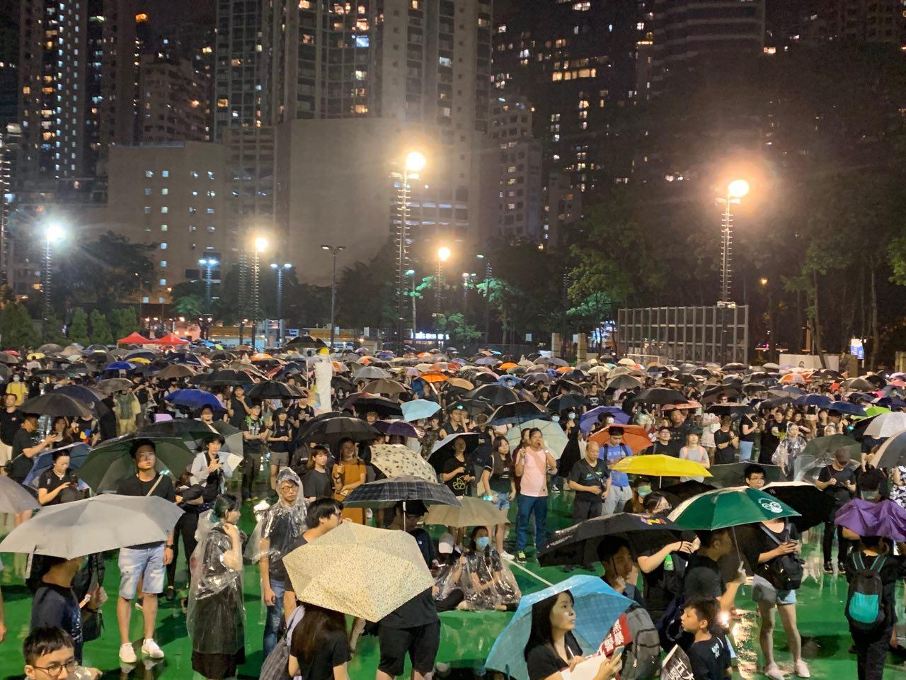 8月18日晚約9點,維園集會結束之際的現場圖。(駱亞/大紀元)