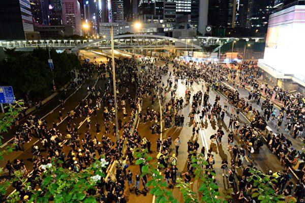 8月18日夜深了,但金鐘夏愨道仍聚集許多示威者。(宋碧龍/大紀元)