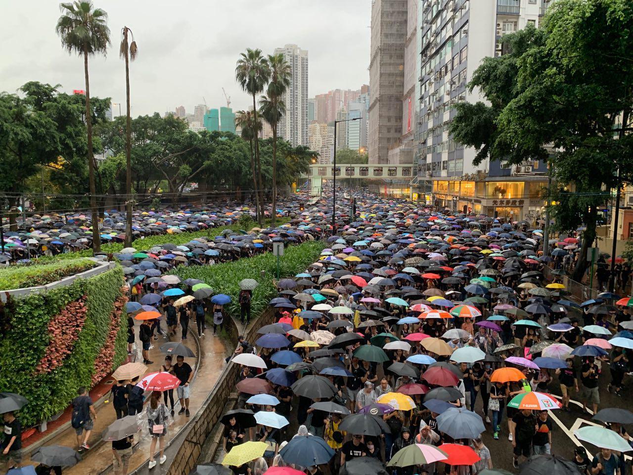 8月18日維園集會擠爆走出來的自然壯觀遊行隊伍兵分三路站滿彌敦道、怡和街處等三條路。(駱亞 / 大紀元)