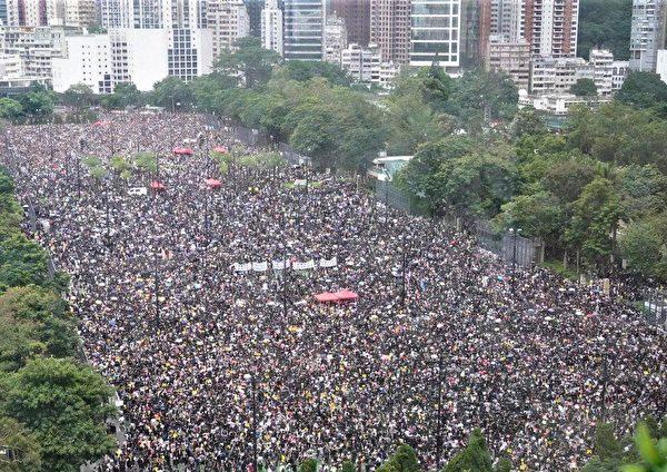 2019年8月18日,港人在維多利亞公園發起「流水式集會」,至少170萬香港市民參加。 (孫青天/大紀元)