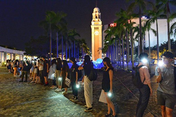 2019年8月23日晚,【香港之路】萬人牽手爭民主活動啟動。圖為尖沙咀人鏈牆。(大紀元)