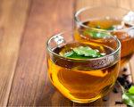 喝完冷飲後出現中暑症狀,稱為「陰暑」,中醫建議喝消暑茶飲。(Shutterstock)