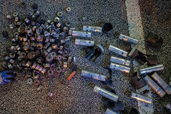 2019年8月5日在香港黃大仙區,警方釋放的部分催淚彈。 (Billy H.C. Kwok/Getty Images)
