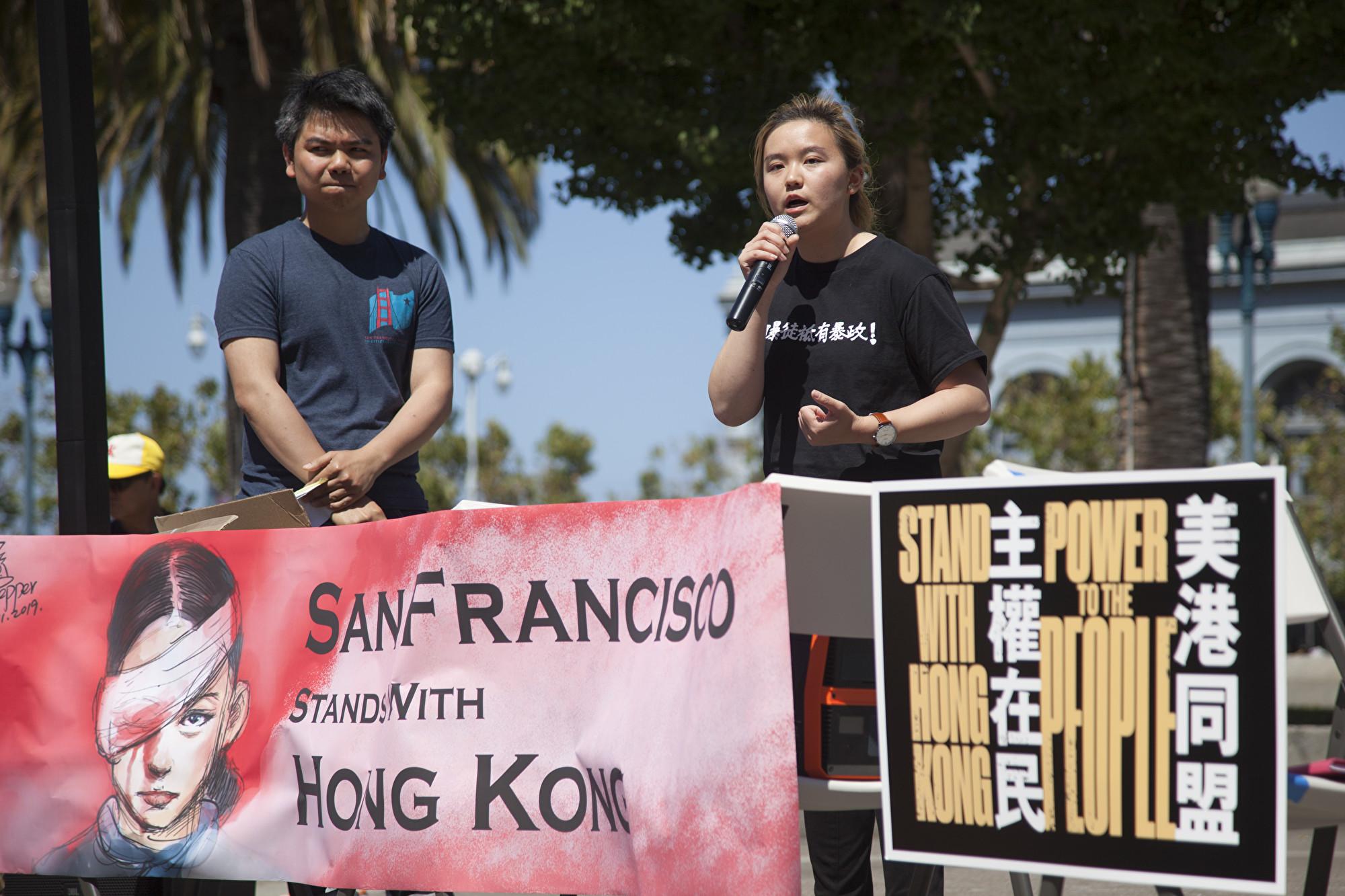 加州大學伯克利分校學生黃希憫(右),剛從香港抗爭前線回到灣區,在集會上演講。(周鳳臨/大紀元)