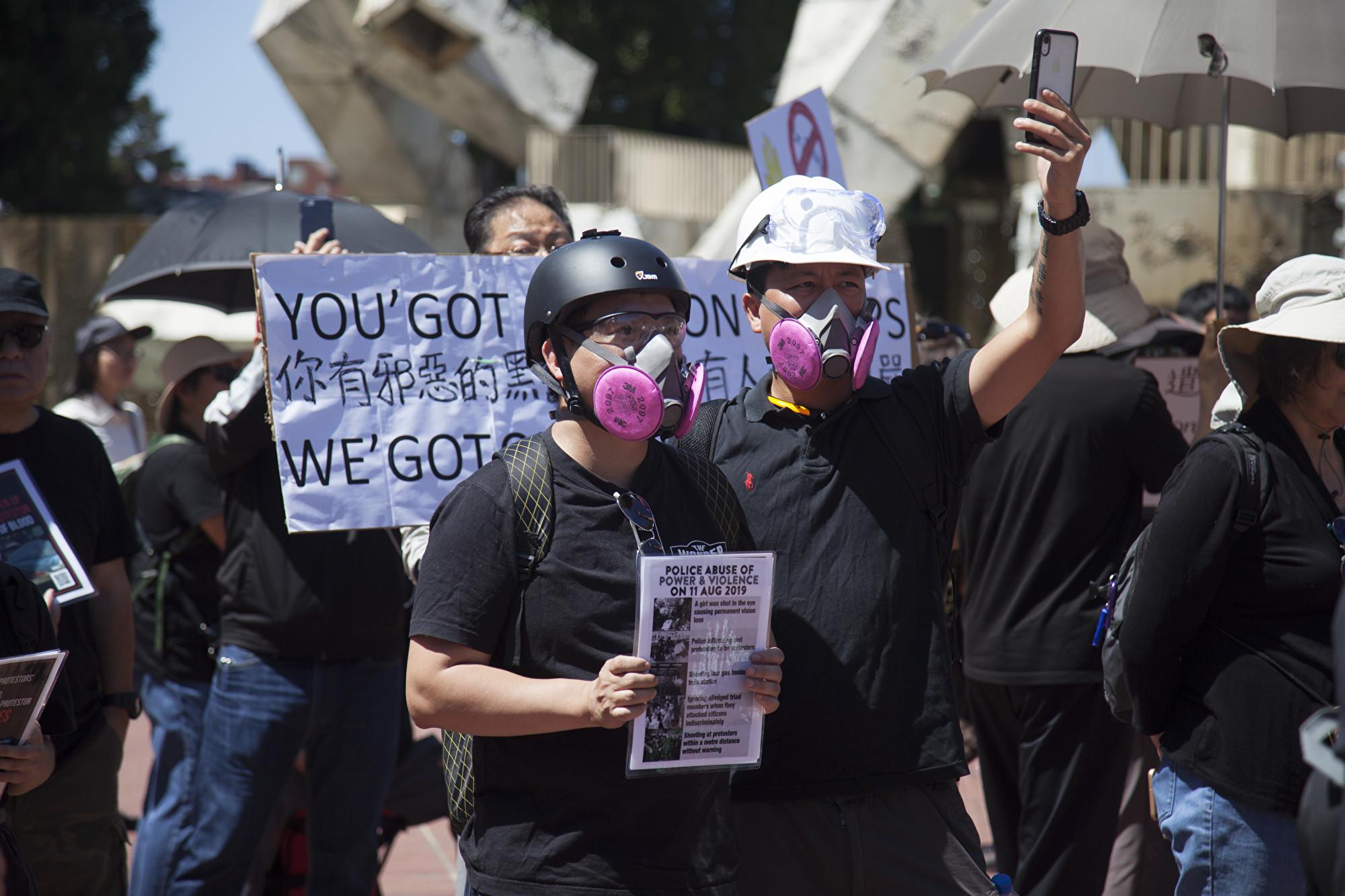民眾手持各種橫幅,支持香港爭取民主自由的運動。(周鳳臨/大紀元)