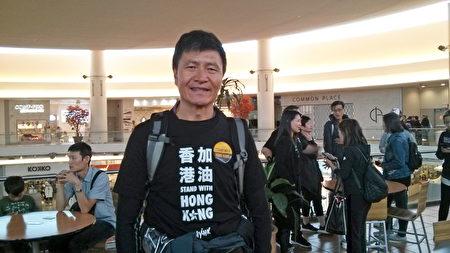 2019年9月14日,周鋒鎖現身溫哥華都會區列治文市時代坊快閃齊唱《願榮光歸香港》,並在快閃齊唱結束後接受大紀元採訪。(李樂/大紀元)