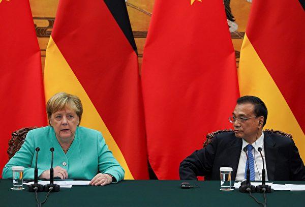 9月6日德國總理默克爾訪華會談後,在與李克強一起舉行的記者會上,默克爾重申《中英聯合聲明》依然有效,香港的人權和自由必須得到保障。(Andrea Verdelli / POOL /AFP)