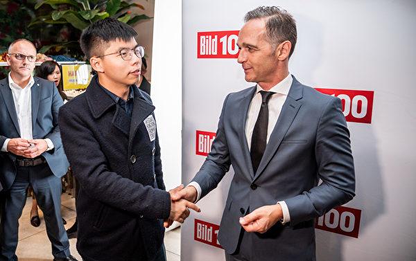 9月9日晚,德國外長馬斯會見了香港眾志秘書長黃之鋒,並與之討論了香港反送中運動和港人爭取雙普選的訴求。(Michael Kappeler/AFP)