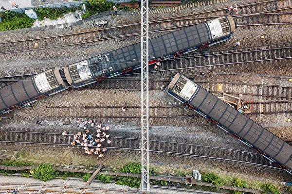 香港火車9月17日罕見地發生出軌,導致香港火車服務中斷。(Anthony WALLACE/AFP)