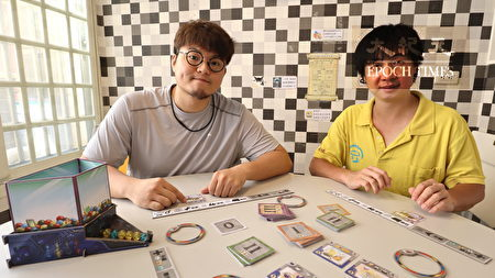 朱宏元(左)、店长黄立扬示范如何玩桌游。