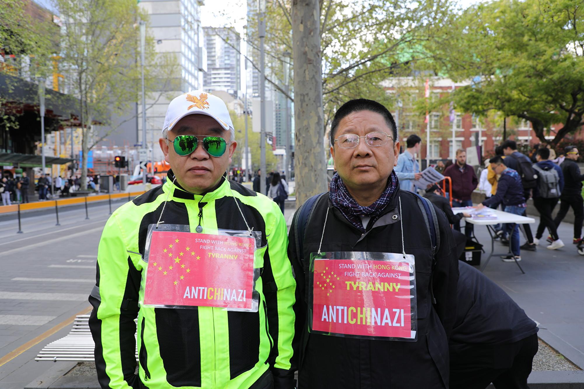 圖為來參加集會的王先生(Edward Wang)(左)和張先生(右)。(Grace Yu/大紀元)