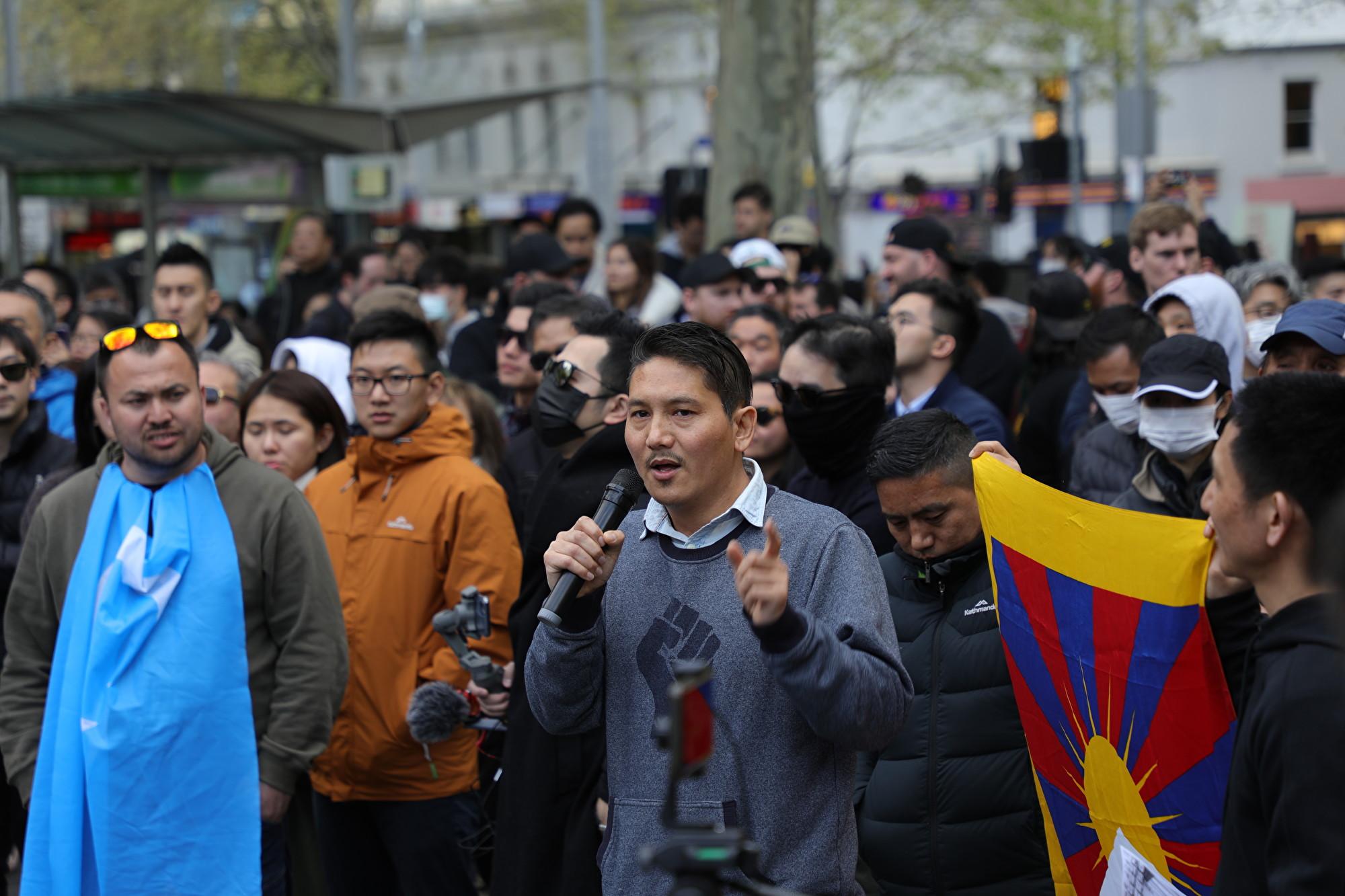 2019年9月29日,維州西藏社區主席丹增坎薩(Tenzin Khangsar)在集會中發言。(Grace Yu/大紀元)