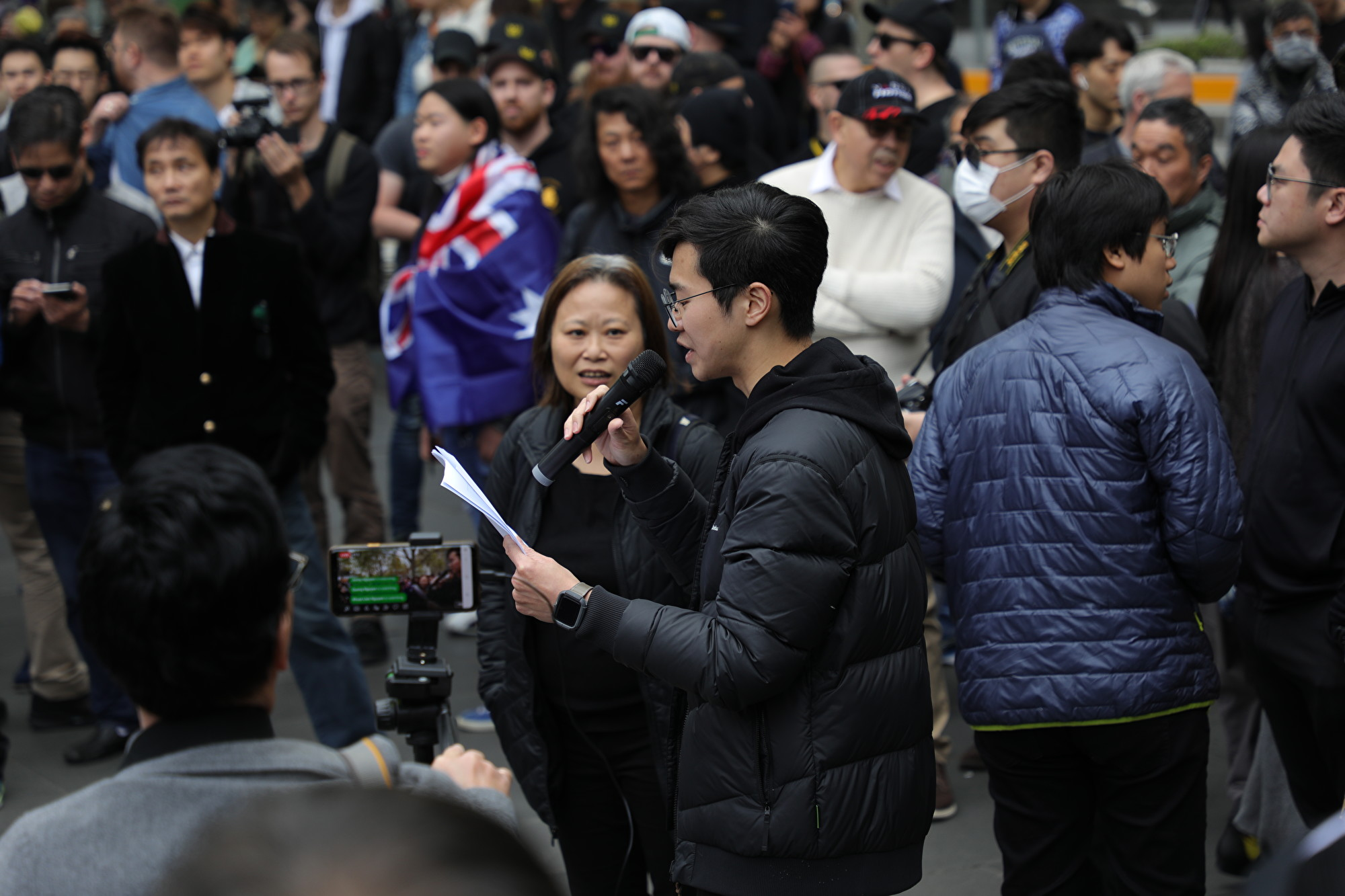 2019年9月29日,澳洲墨爾本澳港聯在市中心州立圖書館(State Library)前舉行反極權集會,主辦方發表講話。(Grace Yu/大紀元)