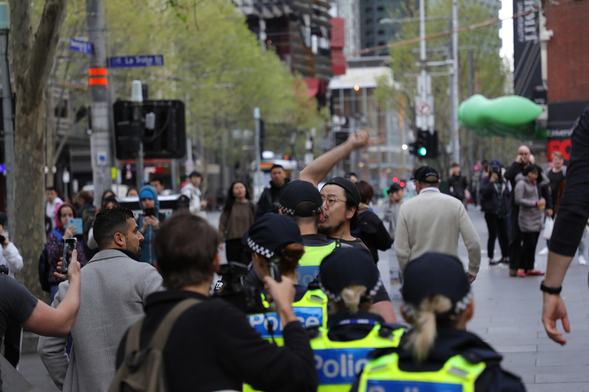 5點10分左右,一名親共人士遭警方驅逐。(Grace Yu/大紀元)