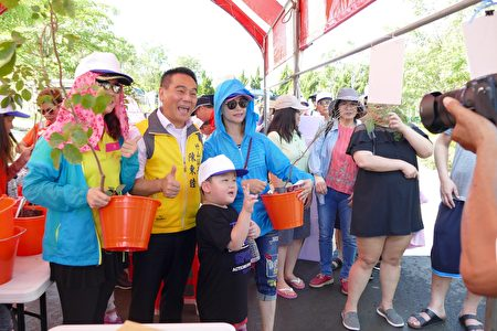 民众领取苗木时和竹山镇长陈东睦(左2)合影。