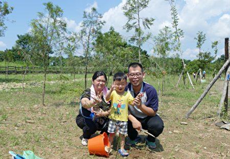 民众王先生带着太太和3岁的小朋友参与植树活动。