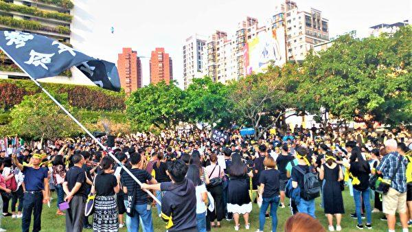 28日下午,來自中台灣各地民眾與港生近千人,聚集台中市民廣場。(黃玉燕/大紀元)