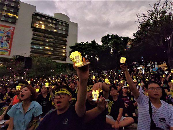 9月29日,天色漸昏暗,「護台抗中-香港自由」的手機天燈亮了起來,民眾用手機的光、充滿台灣意像的天燈,為香港送上祝福與希望。(黃玉燕/大紀元)