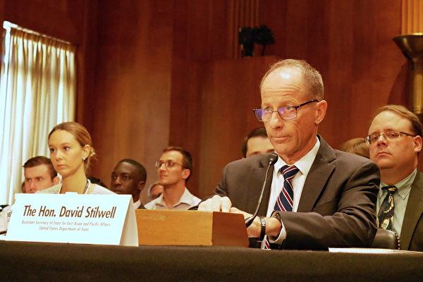 美國國務院亞太事務助理國務卿大衛·史迪威(David Stilwell)出席聽證會作證。(李辰/大紀元)