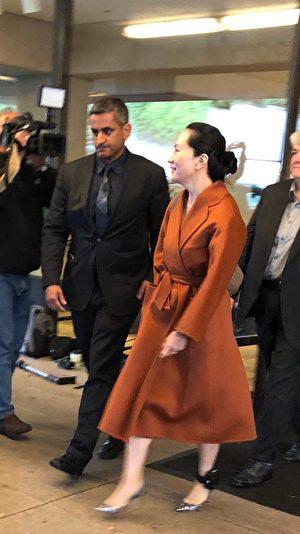 圖為孟晚舟2019年9月23日離開加拿大高等法院。左腳上戴了跟蹤設備。(王昱莎/大紀元)