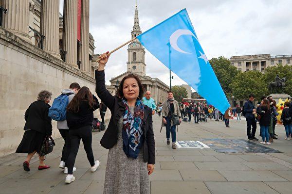 9月28日,「世界維吾爾大會」駐英國代表瑞瑪.馬赫穆特(Rhima Mahmut)女士也參加了遊行。(詹娜/大紀元)