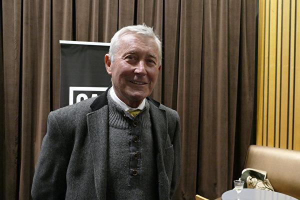 大律師、前首都行政區律政廳長考樂瑞(Bernard Collaery)觀看了紀錄片《求救信》。(安平雅/大紀元)