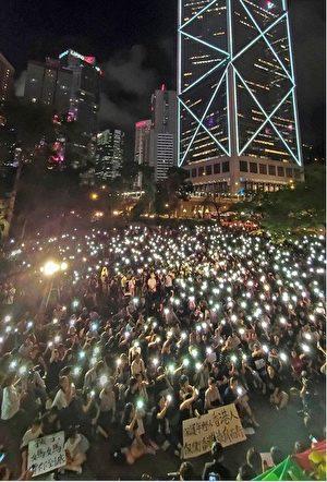 八千港人集會為年輕人打氣,呼籲年輕人珍惜生命,與成年人攜手反送中。(李逸/大紀元)