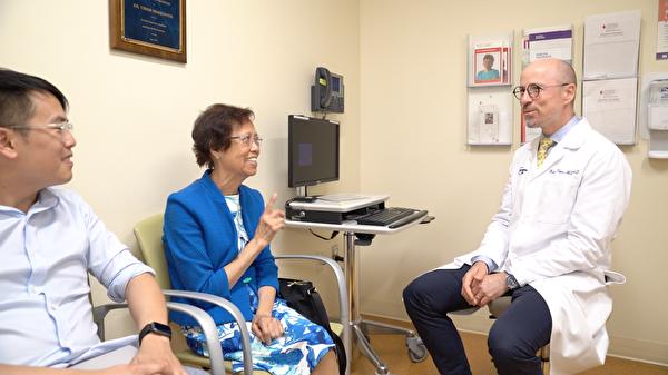 急性骨髓性白血病患者陈女士、她的儿子和蒂贝斯博士。(健康1+1提供)