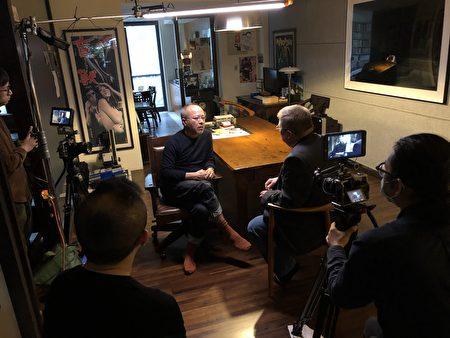 """图为台湾导演钟孟宏今年1月在台北为CUNY TV""""故事之岛:台湾当代电影""""专题节目接受主持人Jerry Carlson 专访。"""