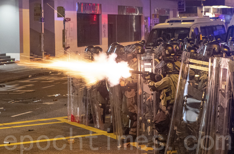 港警7.28頻繁發射橡膠子彈及催淚彈清場。(余鋼/大紀元)