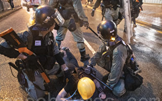 香港青年責問:你們的良心呢? 遭警察追打