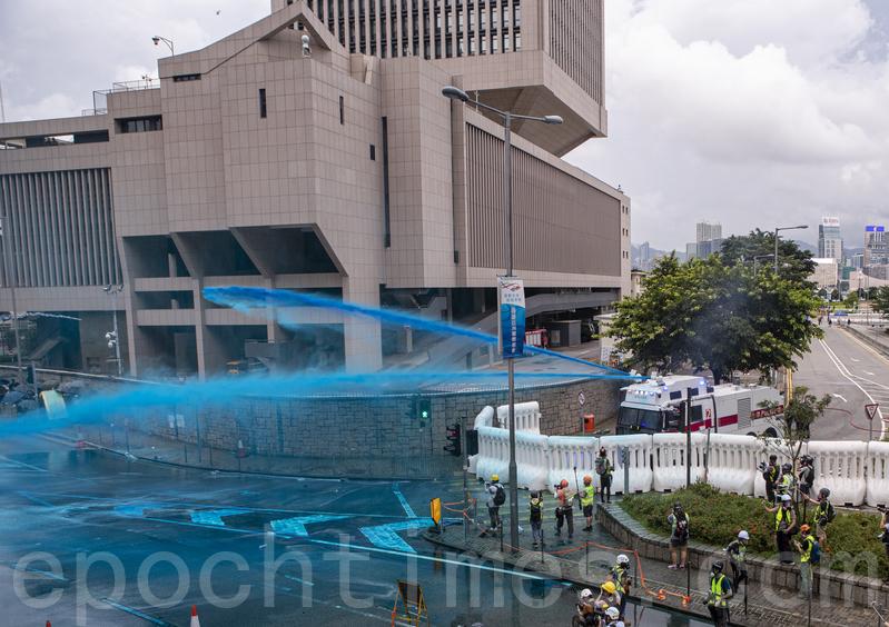 組圖:港警狂射催淚彈藍水炮 示威者扔回催淚彈