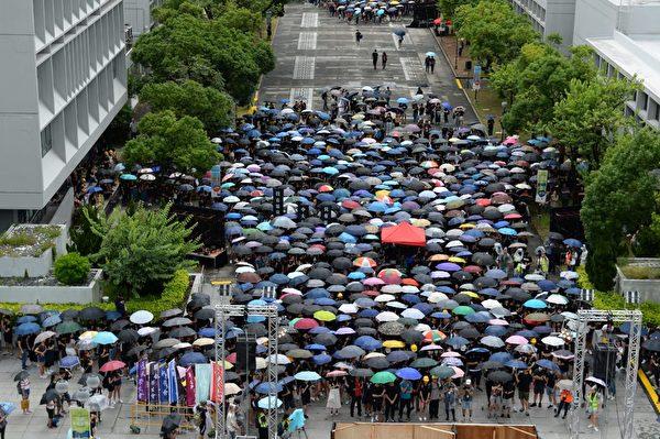 2019年9月2日,數百學生參與中大百萬大道舉行的中大開學典禮。(宋碧龍/大紀元)