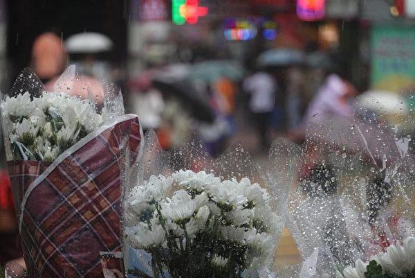 2019年9月2日,香港反送中31日太子地鐵站再次爆發警方無差別暴打市民的暴力事件。太子地鐵站香港巿民擺放鮮花慰問受傷民眾。(余鋼/大紀元)