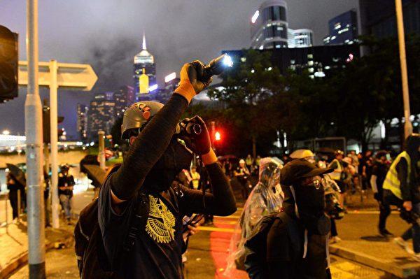 2019年9月2日,聚集在特首辦外的部份抗議者有人拿雷射筆掃解放軍營。(宋碧龍/大紀元)
