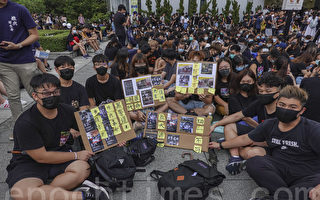 抗议决心不变 香港学生中大立民主雕像