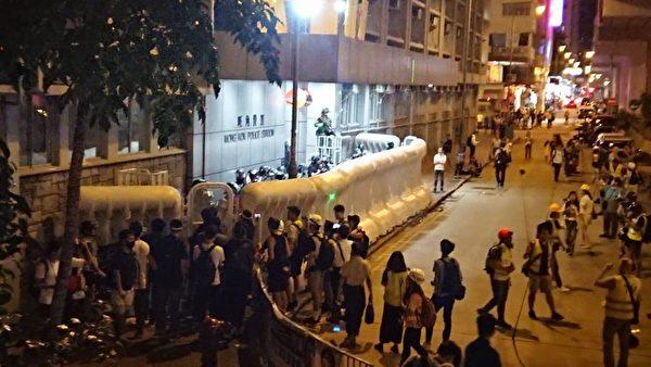 2019年9月6日晚,香港示威民眾聚集在旺角警署外。(文瀚林/大紀元)
