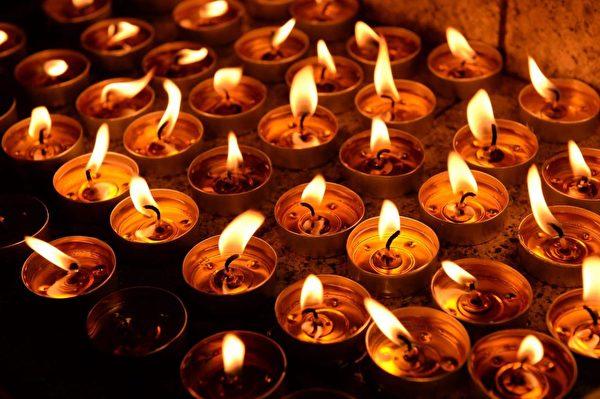 2019年9月6日晚,因8.31事件至今已7天,民眾在太子站舉辦民間習俗頭七,獻花祭拜已死人士。(詠茹/大紀元)