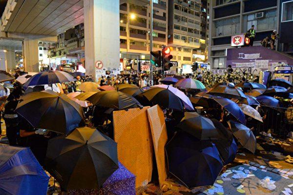 2019年9月6日晚,香港示威民眾聚集在太子站抗議,示威者建立防線。(詠茹/大紀元)