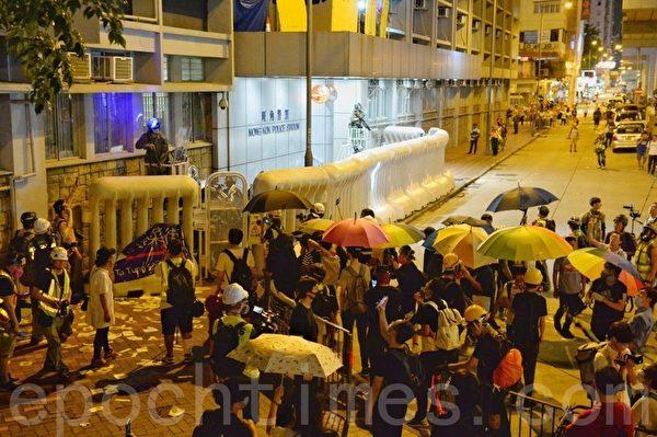 2019年9月6日晚,香港示威民眾聚集在港鐵太子站旺角警署現場準備開槍發射催淚彈。(詠茹/大紀元)