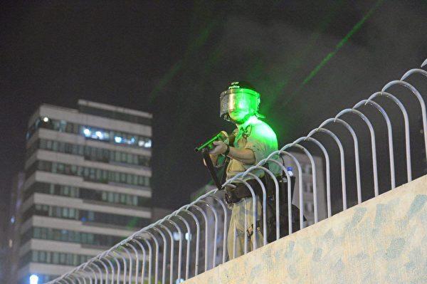 2019年9月6日晚,香港示威民眾聚集在港鐵太子站旺角警署現場開槍發射催淚彈。(宋碧龍/大紀元)
