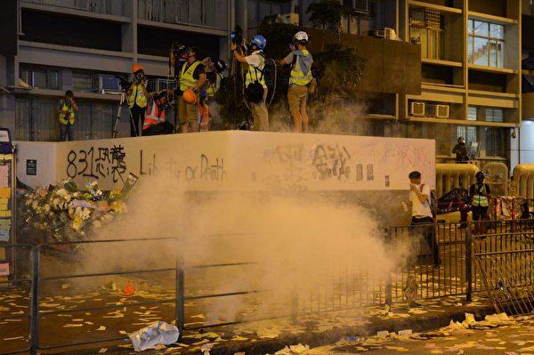 2019年9月6日晚,旺角警署警方開始放催淚彈。(宋碧龍/大紀元)