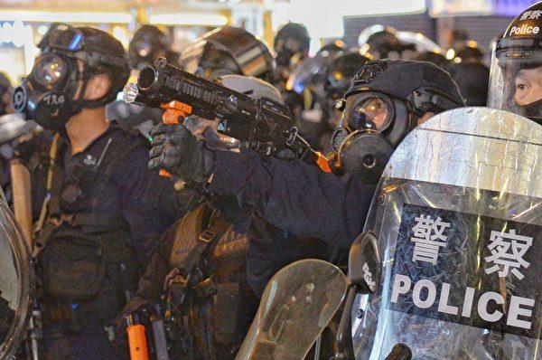 2019年9月6日晚,防暴警察從太子站推進到旺角,其中迅龍小組有人拿槍瞄準示威者。(宋碧龍/大紀元)