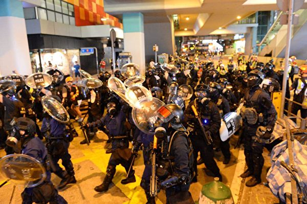 2019年9月6日晚,防暴警察從太子站推進到旺角。(宋碧龍/大紀元)