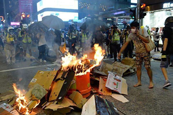 2019年9月6日晚,香港示威民眾聚集在港鐵太子站,旺角西洋菜南街有人燒東西。(宋碧龍/大紀元)