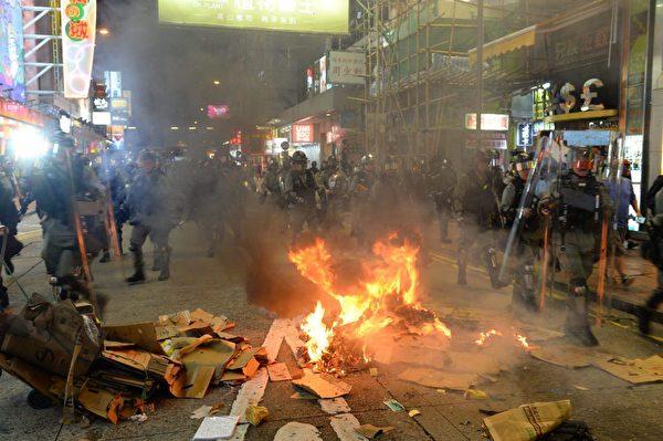 2019年9月6日晚,在港彌敦道旺角有人燒東西。(宋碧龍/大紀元)