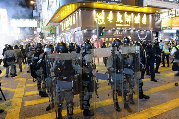 2019年9月6日晚,警方推至老鳳祥店前。(宋碧龍/大紀元)