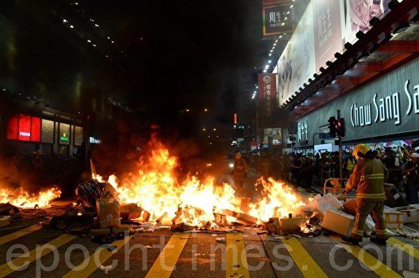 2019年9月6日晚,在港旺角彌敦有人燒東西。(宋碧龍/大紀元)