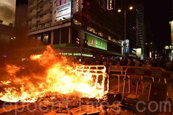 2019年9月6日晚,在港旺角彌敦有人燒東西。(文瀚林/大紀元)