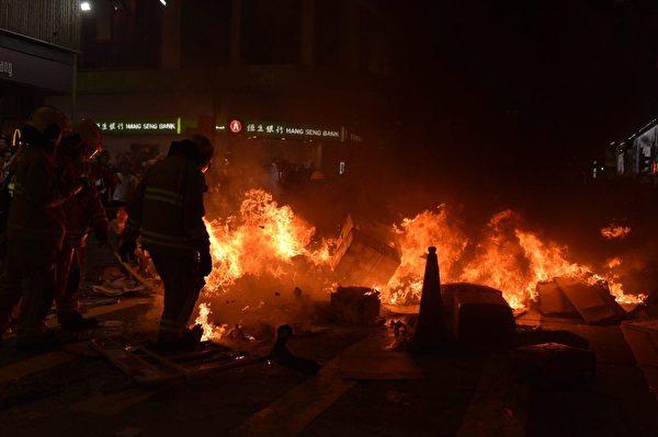 2019年9月6日晚,在港旺角彌敦道有人燒東西。(文瀚林/大紀元)